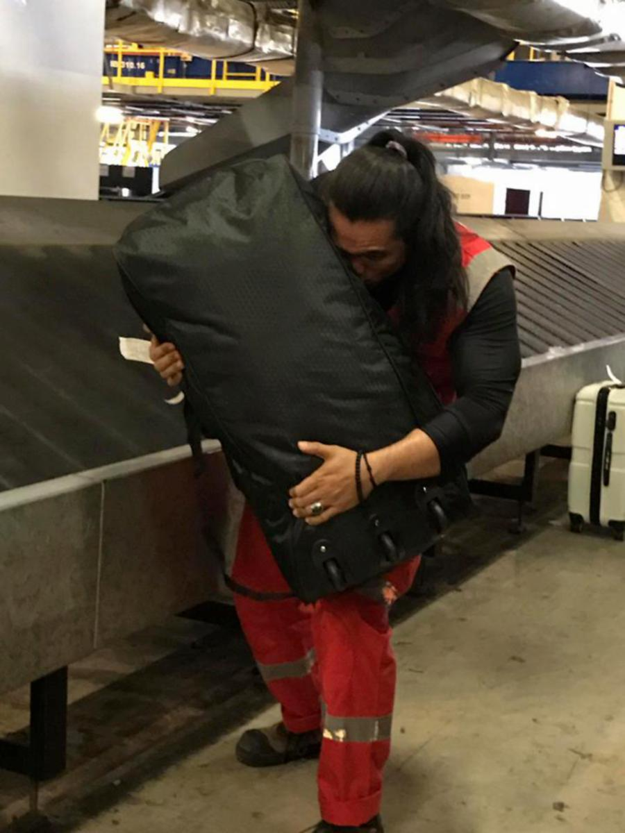 AirAsia personnel literally kiss luggage following baggage handling fiasco