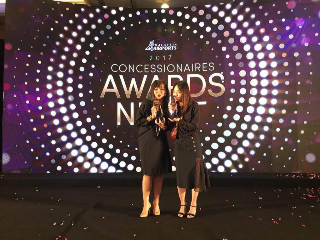 Celebrating the Dimensi Eksklusif awards were (left) Perfumes & Cosmetics Manager Ellena Chew and Buyer Leleina Bong