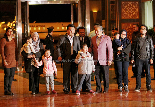 Anifah Aman (third right) welcomes Malaysians coming from North Korea at KLIA.