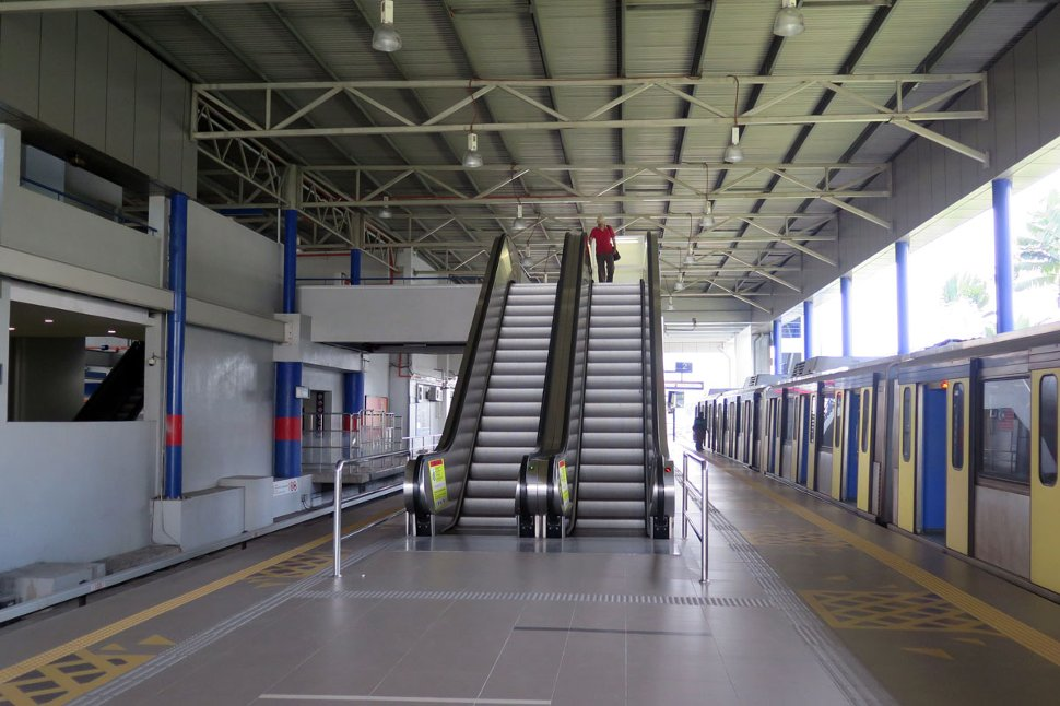 Escalators from concourse level to boarding platform