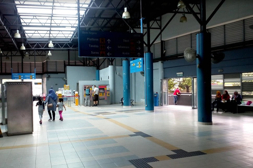 Concourse level at station