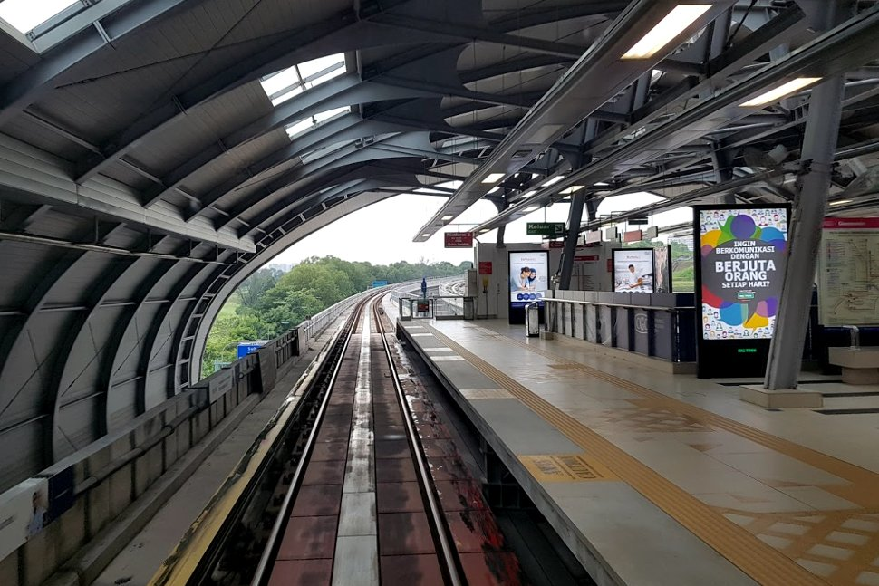 Boarding level at Glenmarie LRT station