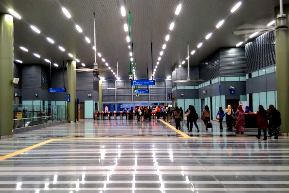 Common concourse to access both the Kajang MRT and KTM Station