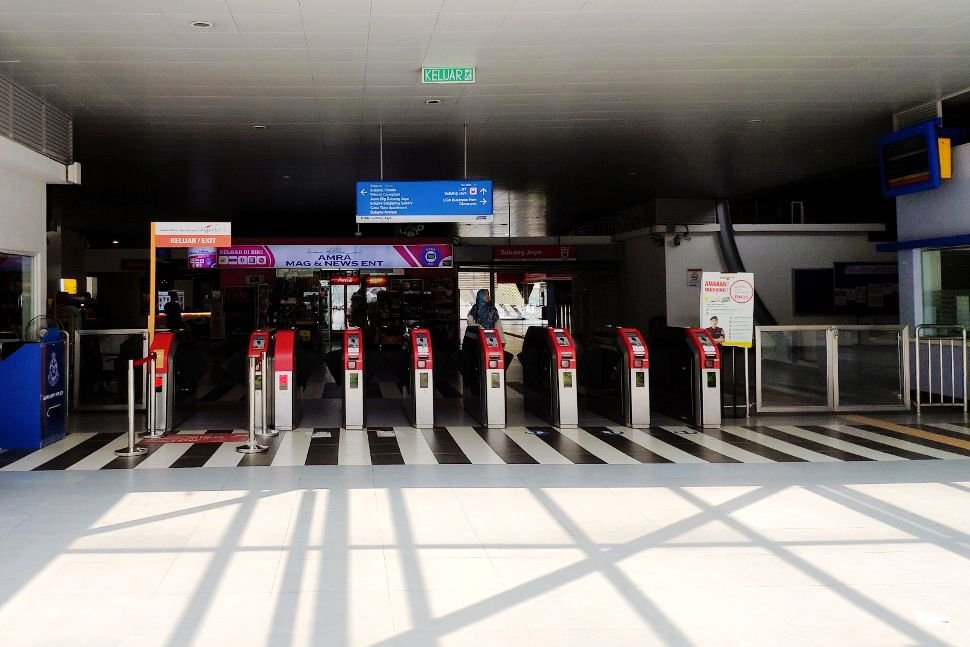 Skypark Link faregates on the left at Subang Jaya station