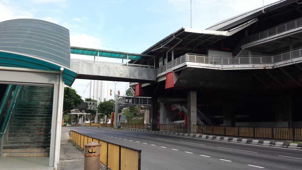Pedestrian bridge connected to Maharajalela Monorail station