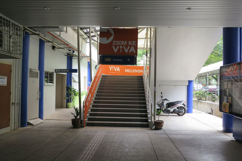Staircase access to the boarding platform