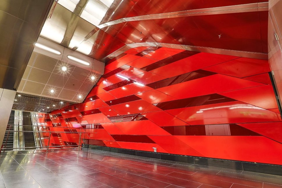 Dynamic Theme, chosen to represent the dynamic and exciting elements of the country's top central business district, is reflected with different tones of red on the walls in the interior of the station that suggest movements.