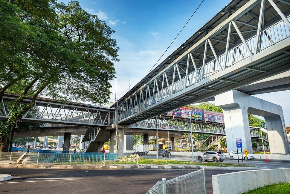 The pedestrian bridges that have been built at the Taman Mutiara Station for access to the station. Apr 2017