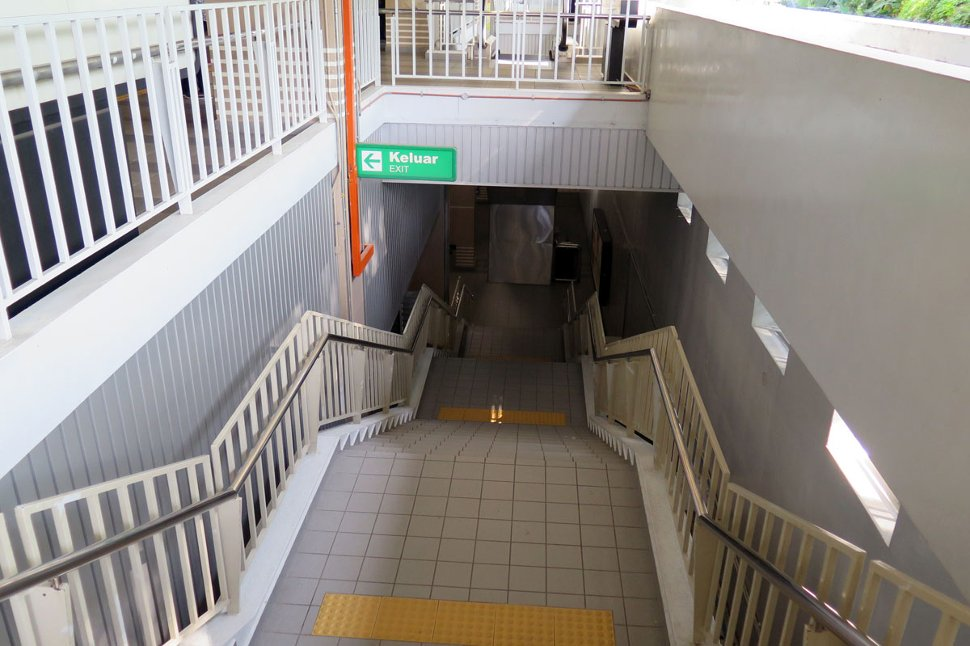 Staircase access to concourse level