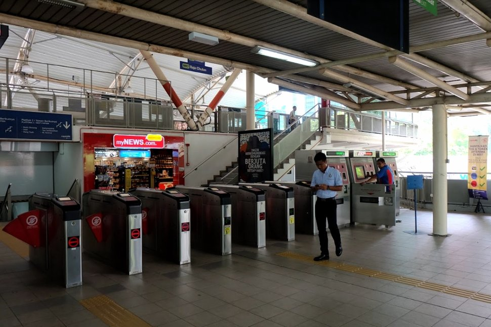 Faregates and the ticket vending machines at the concourse level