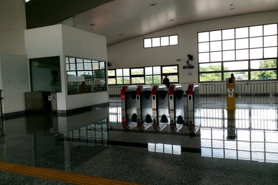 Faregates and ticket counter available at concourse