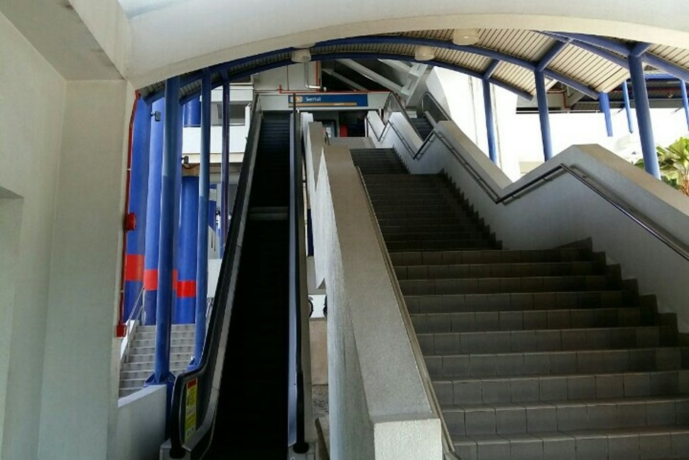 Staircase and escalators to the boarding platforms