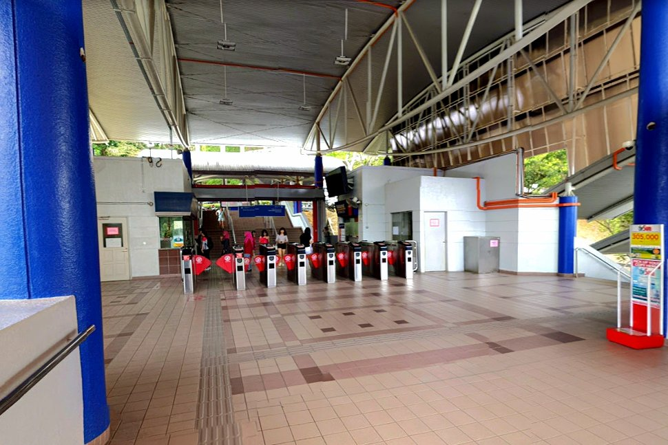 Concourse level at the Sri Petaling LRT station