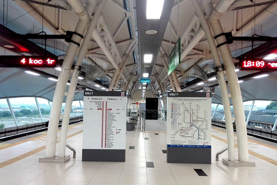 Boarding platforms at USJ 7 LRT station