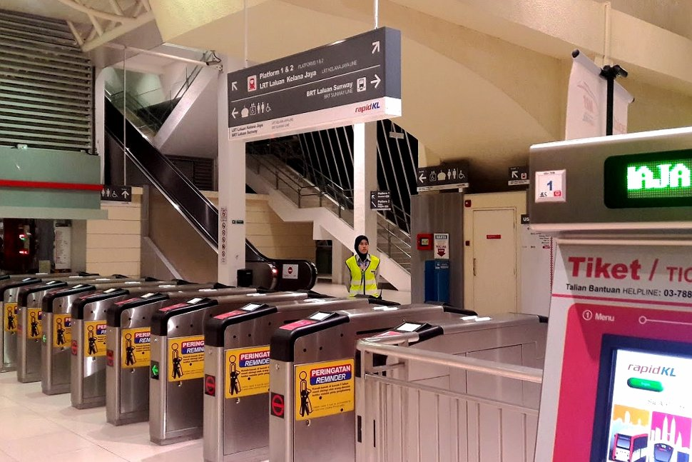 Faregates and ticket vending machines on the concourse level