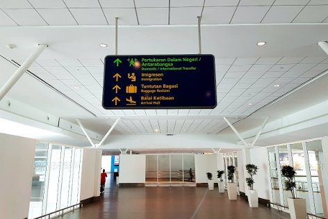 Observe overhead signboard to Transfer Hall