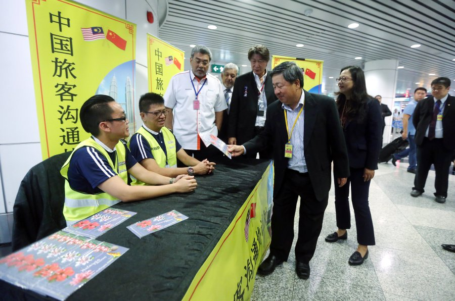 Kuala Lumpur International Airport (KLIA) and klia2 have become the first airports in Southeast Asia to have a permanent helpdesk to assist Chinese tourists.