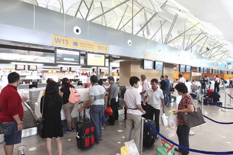 People queue up at the check-in counters at klia2, Sepang, May 2, 2014. MAHB today stressed that airport safety was its top priority and there was no safety risk on the apron taxiway as alleged by some parties. ?Bernama pic