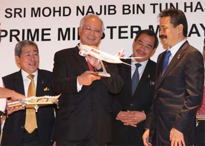 <B>Sleek and stylish: Najib receiving a model of a Malindo aircraft from Rusdi (right) while Transport Minister Datuk Seri Kong Cho Ha (second from right) and Ahmad look on.
