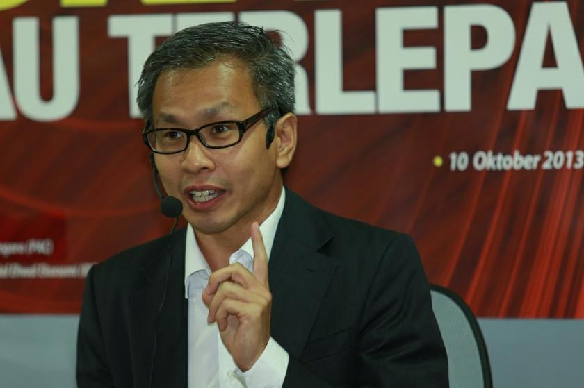 DAP lawmaker Tony Pua said instead of merely offering his verbal endorsement of the panel? recommendation that the audit be carried out, the transport minister should take action by penning his request to the AG. ?Picture by Saw Siow Feng