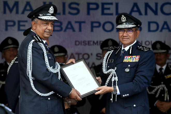 Fuzi (right) presents a certificate to Zulkifli at the launching of the KLIA IPD.