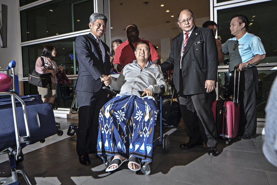 Malaysian victim of the Lombok earthquake, Jason Phang Tin Fan, is greeted by Foreign Ministry deputy secretary-general Raja Datuk Nurshirwan Zainal Abidin (left) after arriving at klia2 in Sepang March 19, 2019. — Picture by Shafwan Zaidon