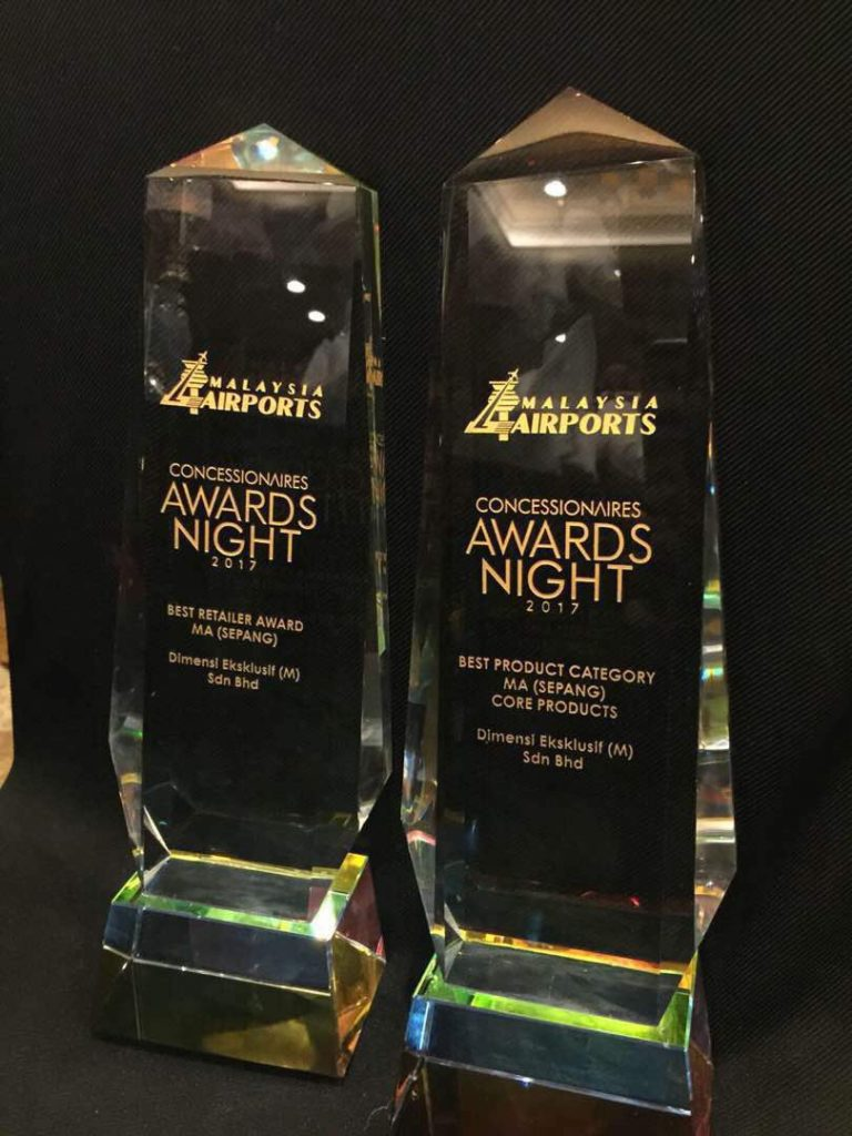 The two big awards won by Dimensi Eksklusif on the night, recognition of the company's long-term partnership with Malaysia Airports