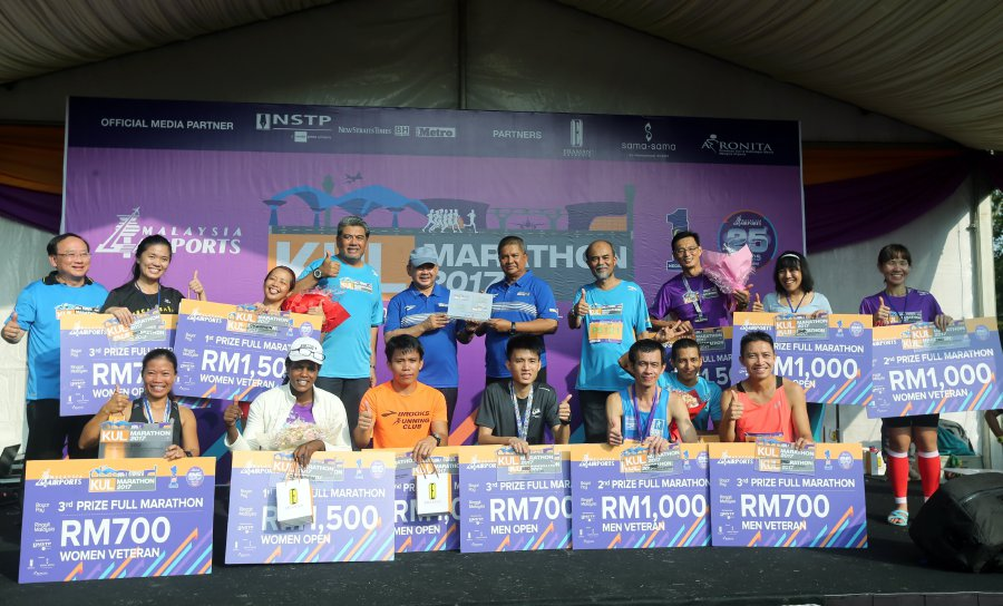 Datuk Seri Saripuddin Kasim, MAHB Chairman Tan Sri Syed Anwar Jamalullail, Managing Director of Malaysia Airports Holdings Bhd (MAHB), Datuk Badlisham Ghazali (4th left) and Senior General Manager of MAHB, Zainol Mohd Isa pictured with runners full run marathon KUL Marathon 2017 at KLIA.
