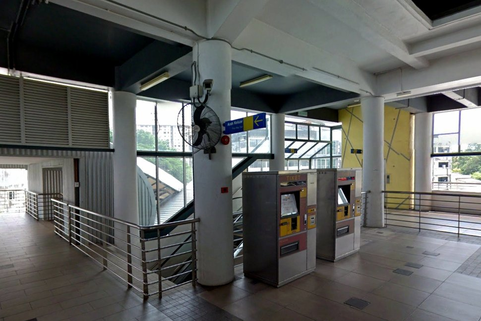 Concourse level at the station