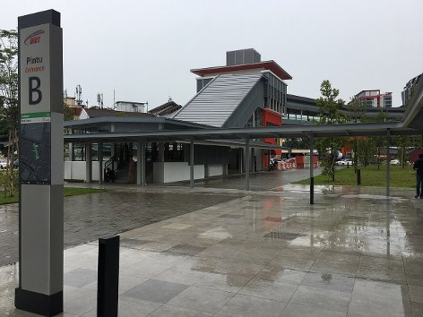 Start of linkway at station Entrance B.