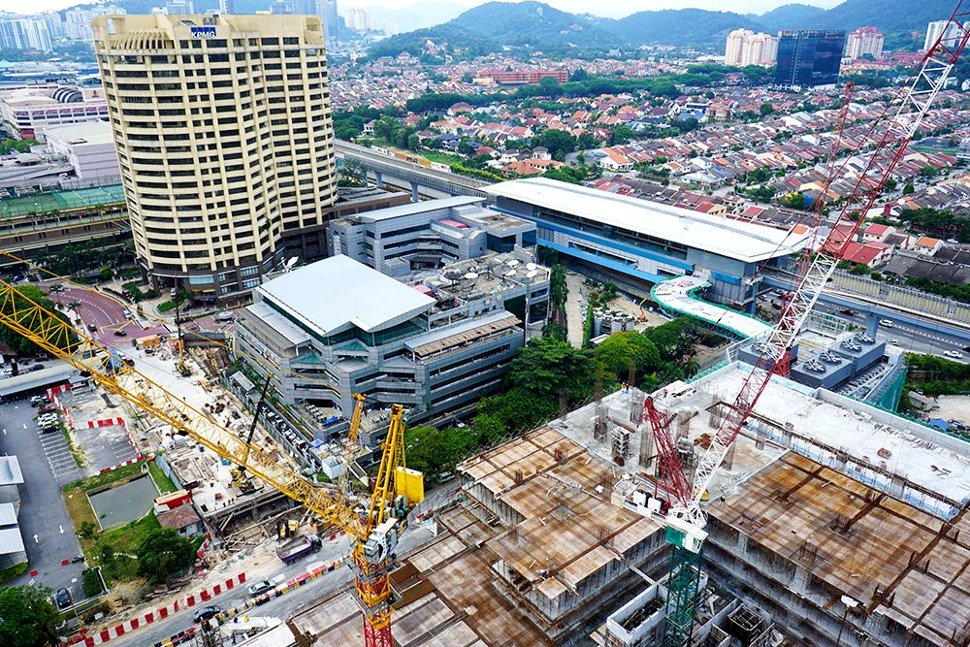 View of the Bandar Utama Station which is located in front of Seri Pentas and beside the 1PowerHouse Bandar Utama (right) that is currently undergoing construction. (Aug 2016)