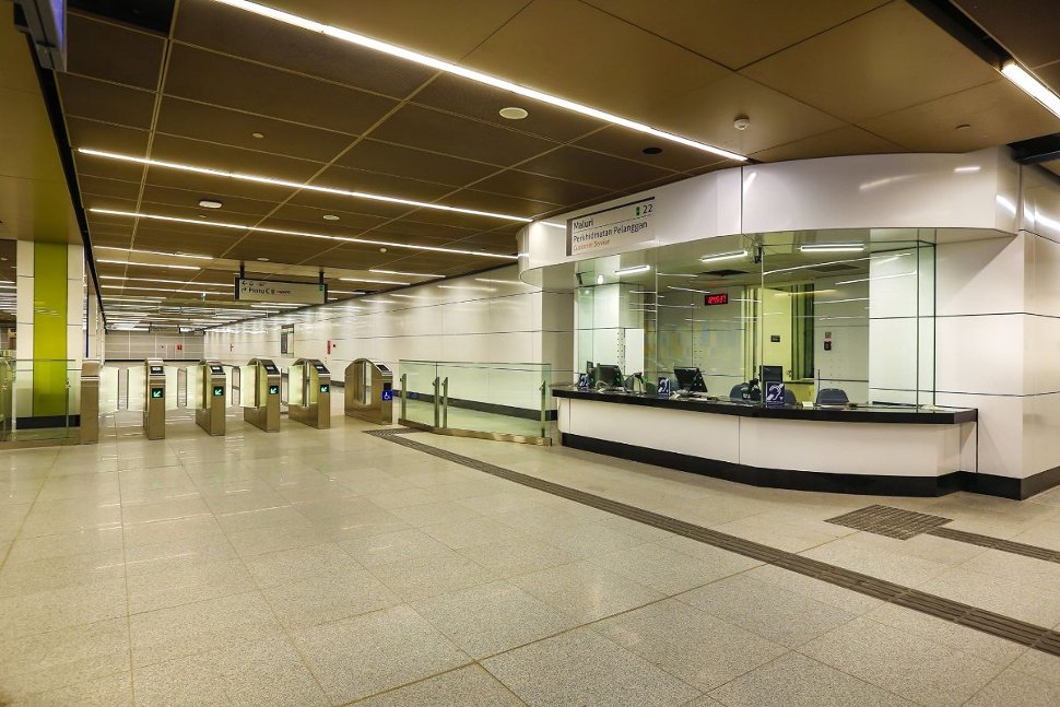 Access gates and customer service office located on concourse level of Maluri station (Jul 2017)