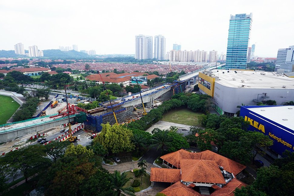 The construction of special span of MRT guideway over Persiaran Surian near IPC Shopping Complex in progress. (Jun 2015)