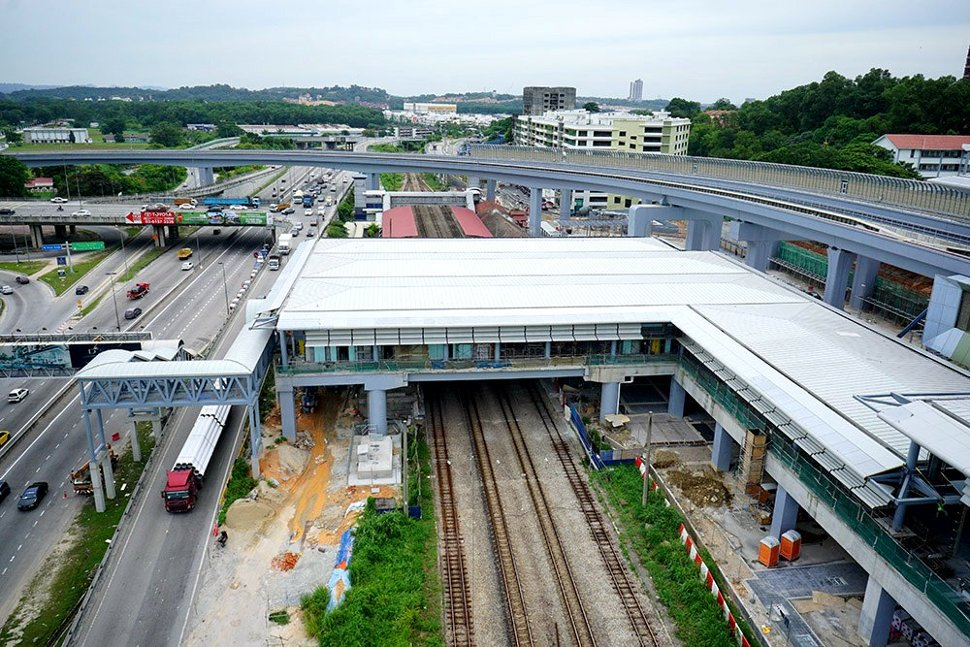View of the completed common concourse linking both the Sungai Buloh MRT Station with the KTM Komuter Station. (Jun 2016)