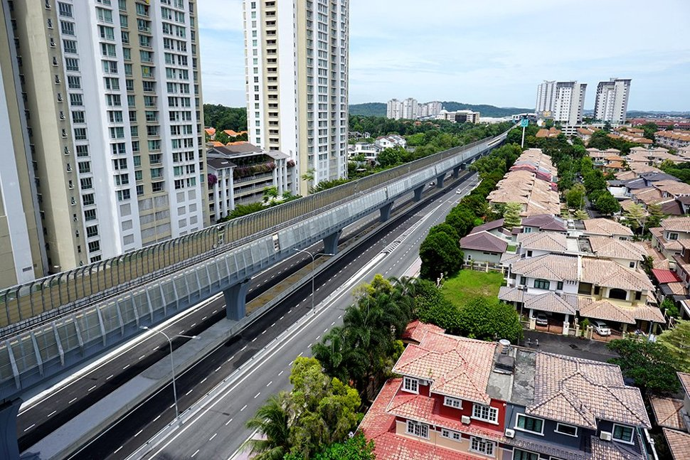 Noise barriers installed at the MRT guideway above the Persiaran Surian. (Sep 2016)