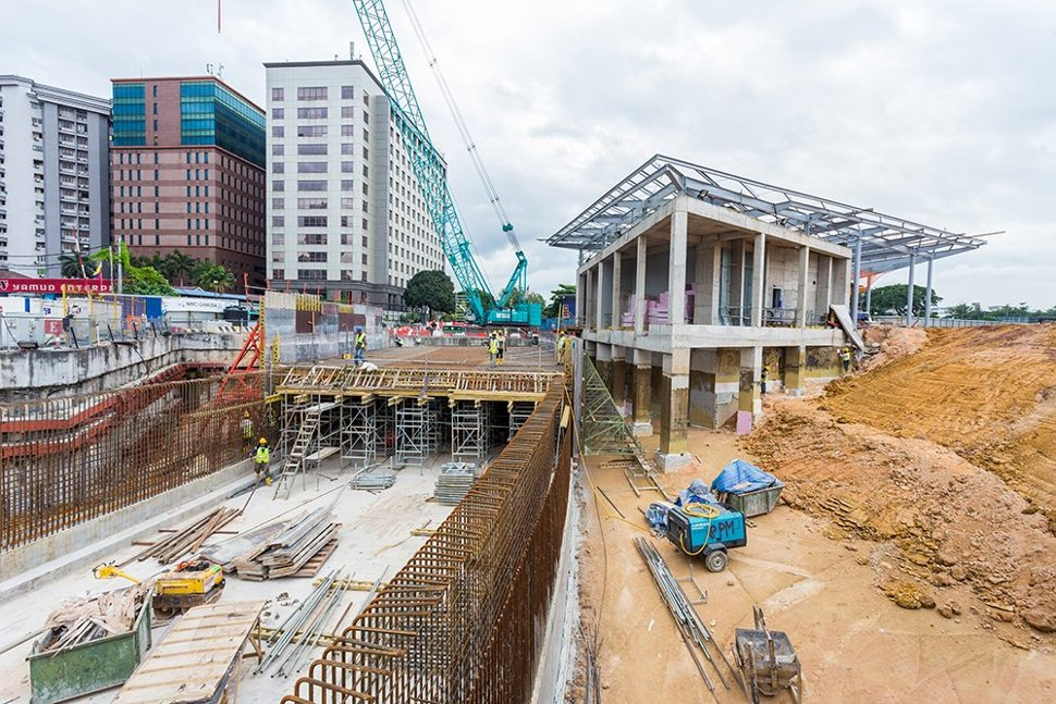The Tun Razak Exchange Station entrance structure taking shape, with the link road into the Tun Razak Exchange development being built over the station box. (Sep 2016)