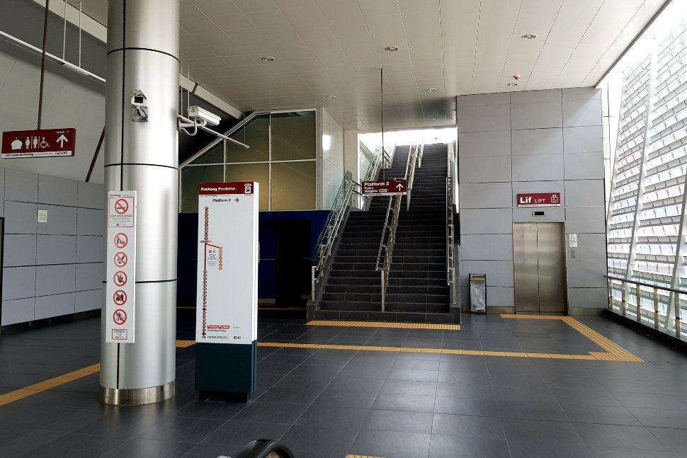 Staircase access to boarding platform