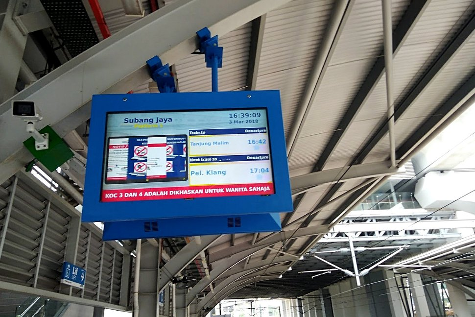 Train status monitor at boarding platform