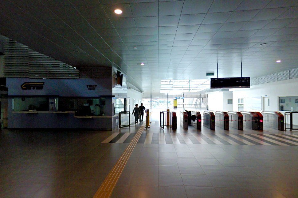 Faregates to the boarding platforms