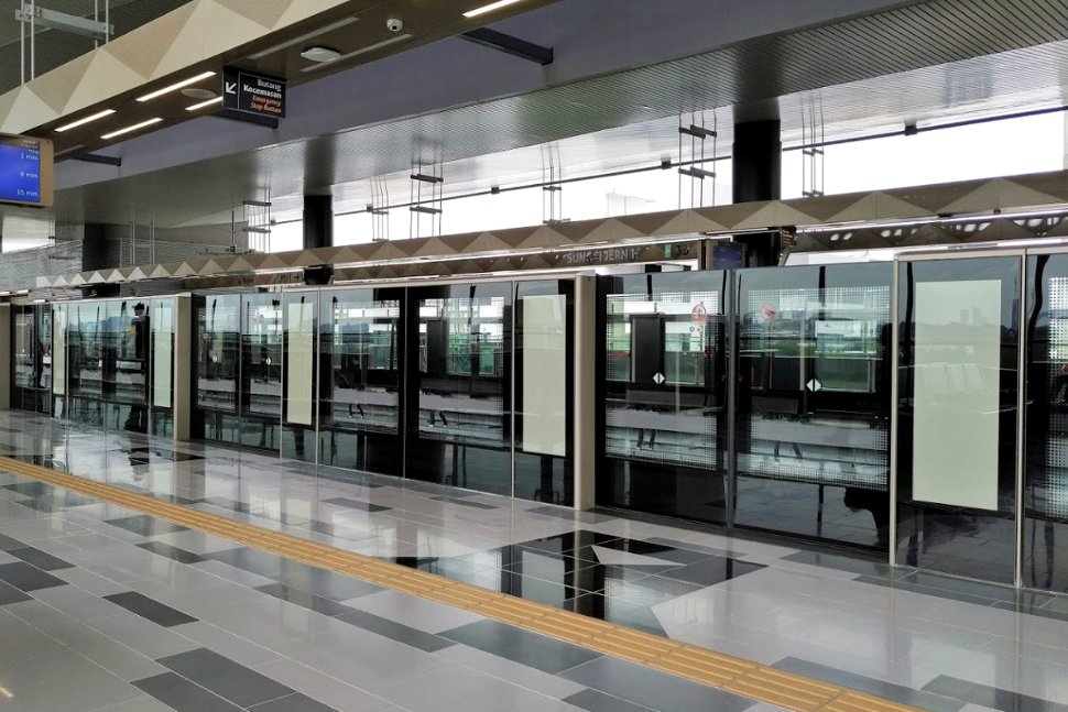 Boarding level at the MRT station