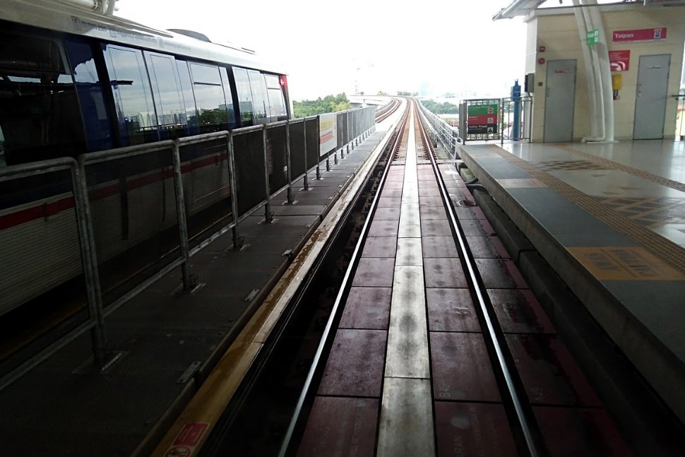 Boarding level at Taipan LRT station