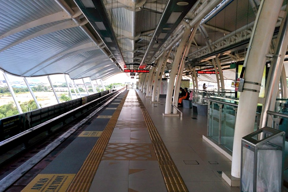 Boarding level at USJ 7 LRT station
