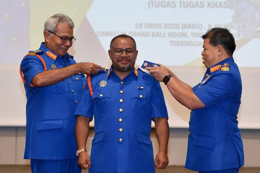 Minister in the Prime Minister's Department (Special Functions) Datuk Seri Redzuan Yusof (left) and Civil Defence Force (APM) Chief Commissioner Datuk Roslan Wahab (right) bestowing the Honorary rank of Commissioner to Plantation Industries and Commodities Minister Datuk Dr Mohd Khairuddin Aman Razali during the ceremony in Kuala Terengganu - BERNAMA pic