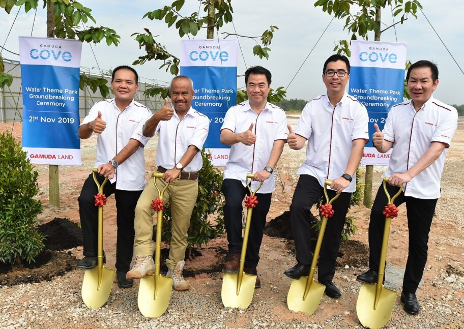 Ground breaking (tree planting) ceremony for the Water Theme Park at Gamuda Cove today. From left: General manager of Gamuda Cove Wong Yik Fong, Gamuda Land executive director Dato Abdul Sahak Safi, Gamuda Land CEO Ngan Chee Meng, Aw and Soo. (Photos by Chelsey Poh / EdgeProp.my)