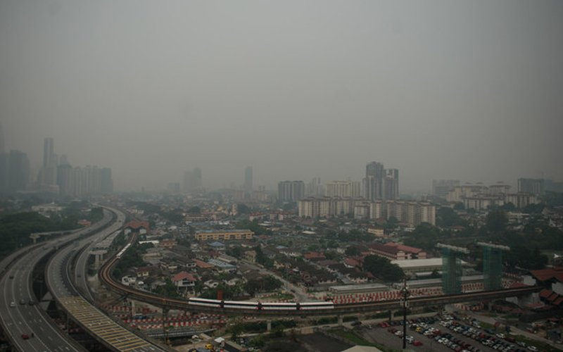 The haze blanketing the region has been largely attributed to raging forest fires in Indonesia. (Bernama pic)
