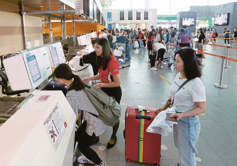 There are 30 units of self-bag drop (SBD) counters installed at klia2 to shorten the queue time.