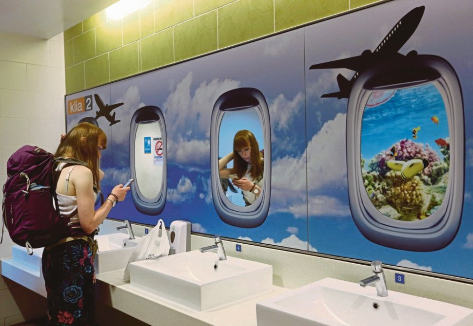Some of the toilets at the satellite building offer free showers for transit passengers who need to refresh themselves while waiting for their next flight.