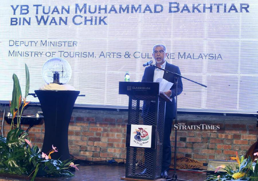 Deputy Tourism Minister Muhammad Bakhtiar Wan Chik delivers his speech during the ministry's Malaysia Media & Industry Appreciation Dinner in Kuala Lumpur. -NSTP/Mohamad Shahril Badri Saali